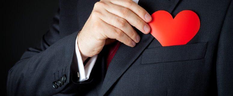 menarik minat dan menjaga hubungan baik dengan konsumen